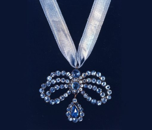 17th century bow pendant
