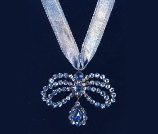17th century bow pendant
