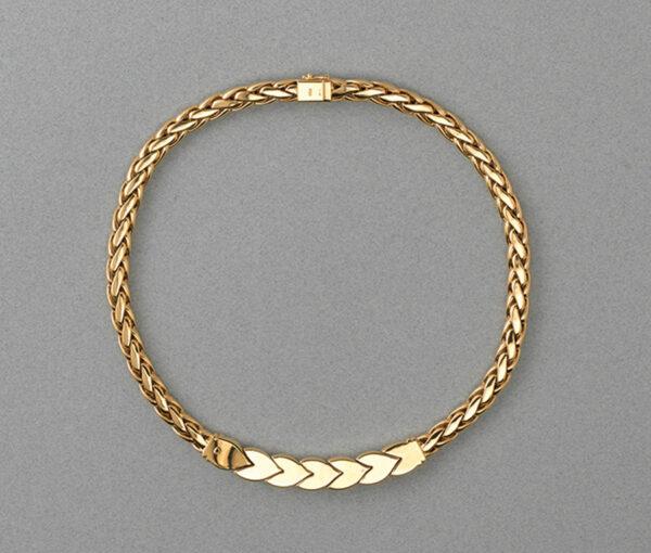 (92)Een 18 karaat gouden collier met vossestraat schakel, met zeven gestileerde blaadjes waarvan 3 bezet met diamant (circa 1.5 karaat), Gesigneerd Steltman. gewicht: 93.7 gram.  lengte: 42 cm